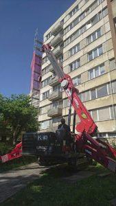 Minižeriav pri montáži balkónov