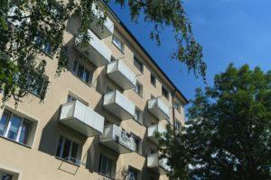 Závesný balkón s hliníkovým opláštením.