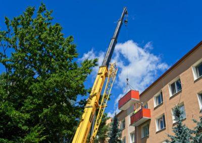 Montáž závesných balkónov hladkou výplňou
