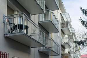 Balkóny s priečnymi latkami